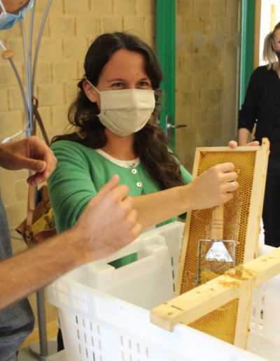 Izuba énergies atelier miel désoperculation