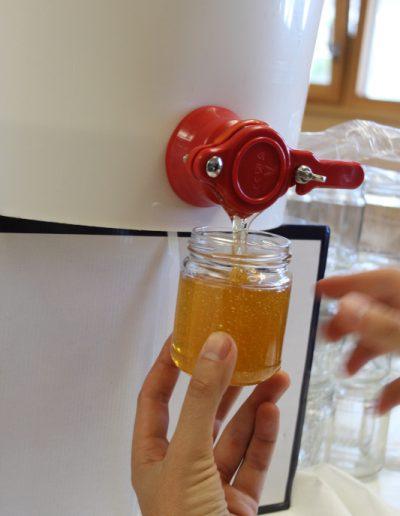Izuba énergies atelier miel mise en pots